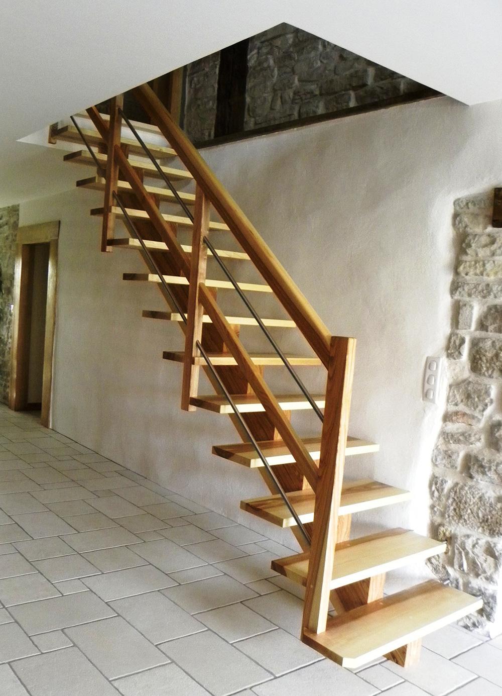 Escalier droit à 1 limon crémaillère en frêne olivier